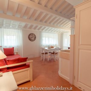 Cucina e sala da pranzo in stile, con travi a vista - Appartamento in affitto Grecò - GH Lazzerini Holidays, San Vincenzo, Toscana