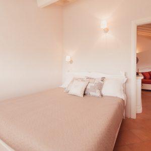 Elegante camera matrimoniale, in legno massello - Appartamento in affitto Grecò - GH Lazzerini Holidays, San Vincenzo, Toscana