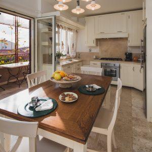 Cucina in legno massello, appartamento Ostro - GH Lazzerini Holidays, San Vincenzo, Toscana