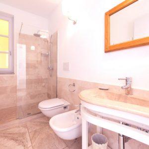 Bagno in travertino, appartamento Cook - GH Lazzerini Holidays, San Vincenzo, Toscana