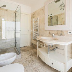 Bagno in travertino, appartamento Ostro - GH Lazzerini Holidays, San Vincenzo, Toscana