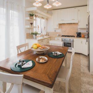 Cucina in legno massello in stile toscano - Appartamento Ostro, Gh Lazzerini Holidays, San Vincenzo, Toscana, Italia