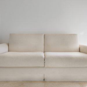 Divano bianco, interior design - Appartamento Ostro, Gh Lazzerini Holidays, San Vincenzo, Toscana, Italia