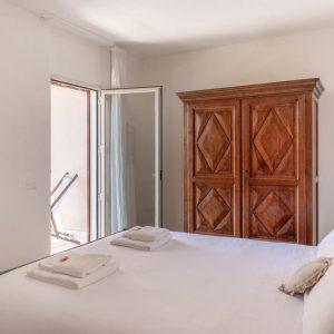 Camera da letto matrimoniale, con armadio in legno massello in stile classico - Attico Ponente, San Vincenzo - GH Lazzerini Holidays, Toscana