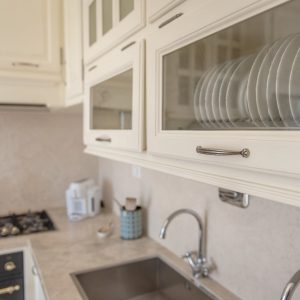 Detail, plate rack. Light wood kitchen - Penthouse in the center of San Vincenzo. GH Lazzerini Holidays, San Vincenzo, Tuscany