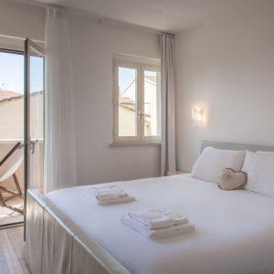 Camera da letto Ponente, con vista sulla terrazza e vista mare di San Vincenzo - GH Lazzerini Holidays, Toscana