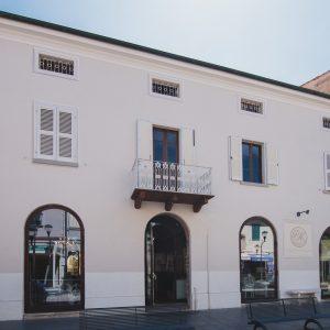 Esterno Palazzo degli Archi, centro di San Vincenzo, Toscana