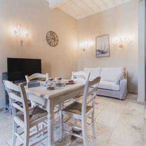 Interno Palazzo degli Archi, sala da pranzo e cucina - GH Lazzerini Holidays, San Vincenzo, Toscana
