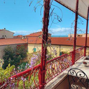 Terrazza con vista sulla città e sul mare di San Vincenzo. Appartamento Ostro - GH Holidays, San Vincenzo - Toscana