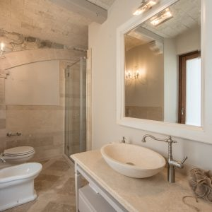 Bagno in travertino e legno massello. Stile classico - Villa Galatea, Gh Lazzerini Holidays
