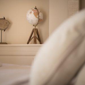 Dettaglio. Camera da letto matrimoniale, in stile classico, colori naturali - Villa Galatea, San Vincenzo - GH Lazzerini Holidays