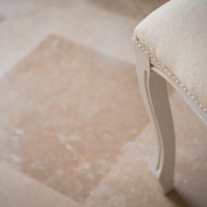 Dettaglio pavimento in pietra naturale. Stile classico - Villa Galatea, San Vincenzo