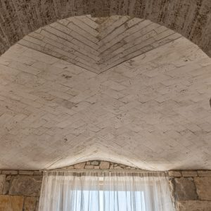 Soffitto in travertino. Interior deisgn - GH Lazzerini Holidays, Villa Galatea
