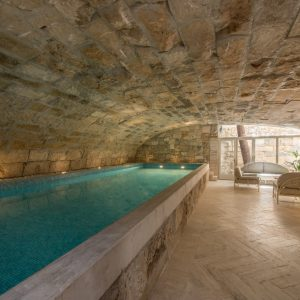 Piscina interna riscaldata in travertino - Villa Galatea