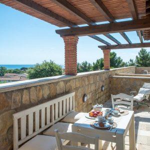 Casa Castiglioni, terrazza in pietra con tavolo, con vista sul mare di San Vincenzo