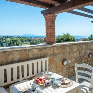 terrazza in pietra con tavolo, con vista sul mare di San Vincenzo