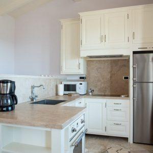 cucina in stile classico, legno massello e pietra naturale