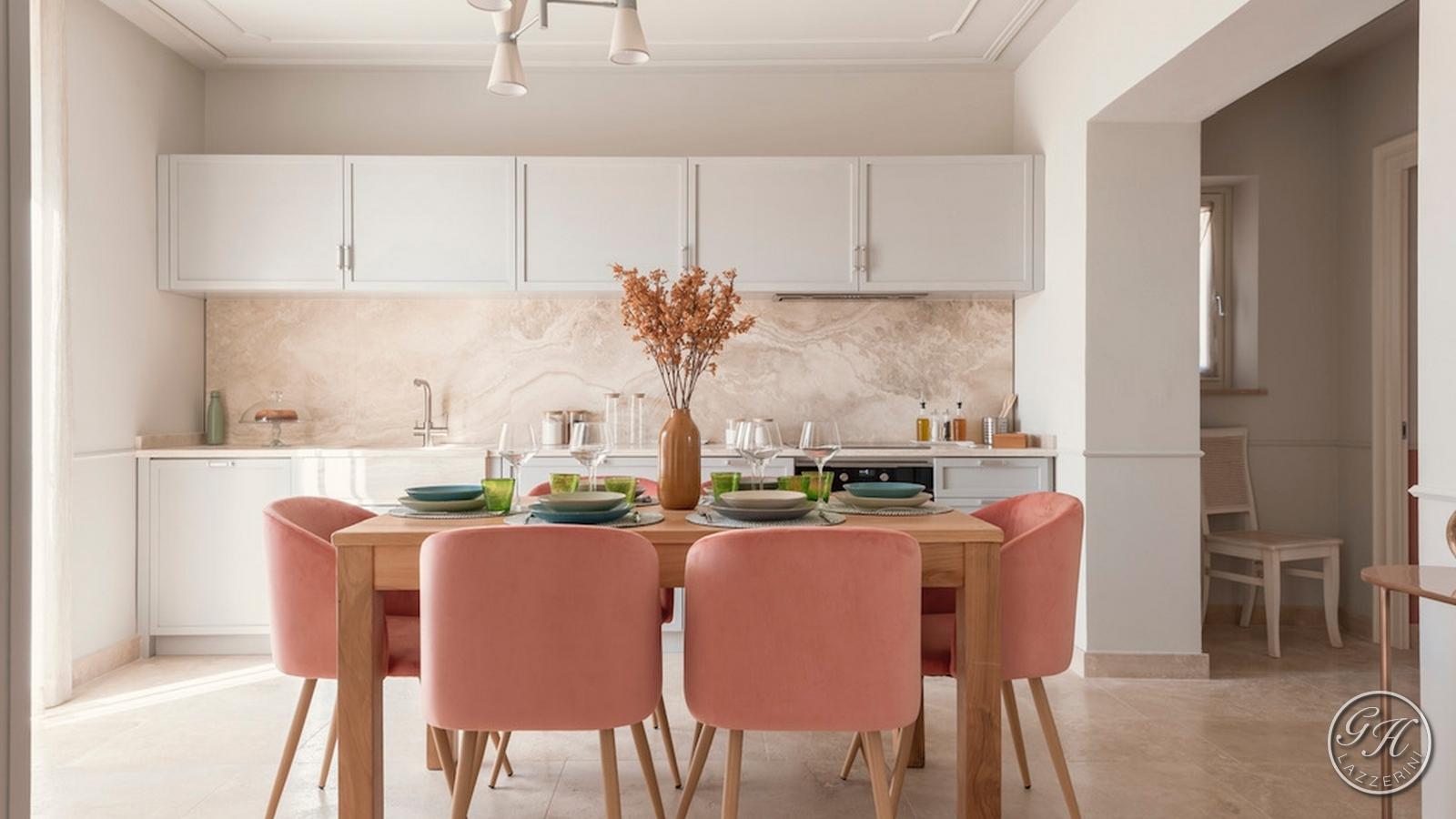 Cucina di Antea Terra, appartamento in stile classico, dai toni pastello, arredato con mobili di pregio e materie prime di qualità